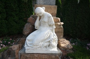 800px-Statue_of_crying_woman_by_World_War_victim_memorila_in_Častotice,_Třebíč_District