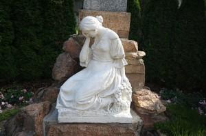 800px-Statue_of_crying_woman_by_World_War_victim_memorila_in_Častotice,_Třebíč_District