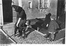 220px-Bundesarchiv_Bild_183-R79742,_Erziehungsmethode