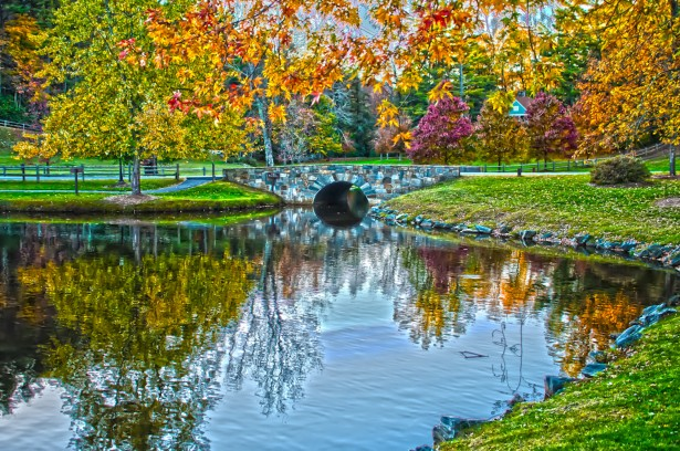 http://www.publicdomainpictures.net/view-image.php?image=54519&picture=autumn-lake-reflections