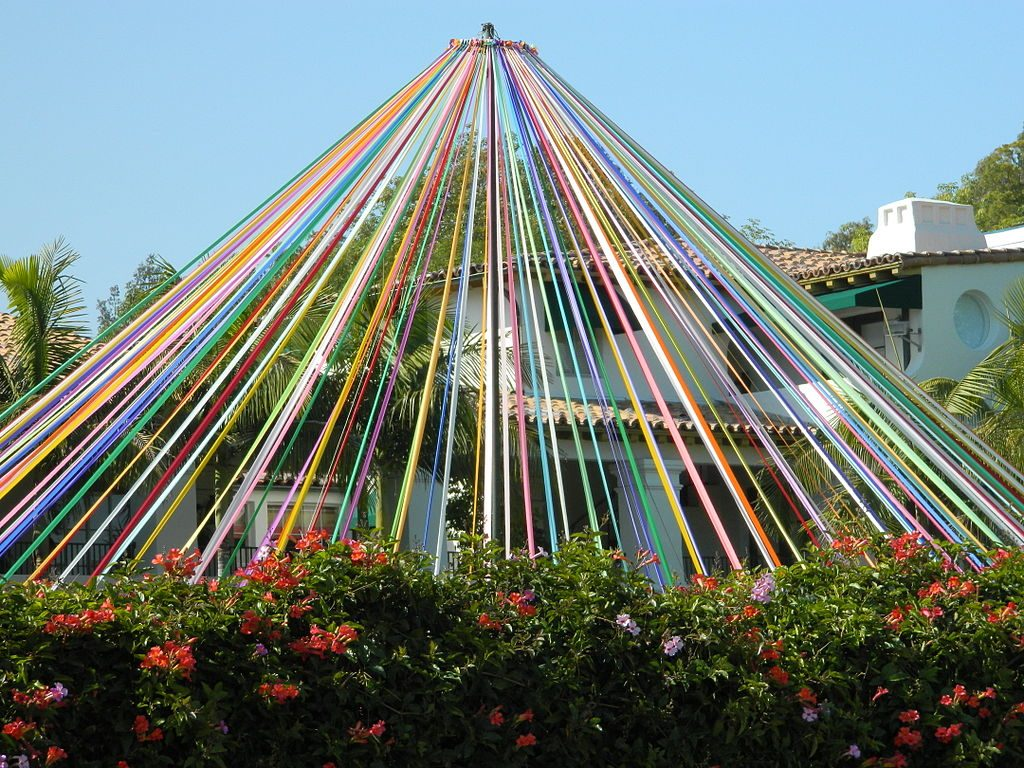 https://commons.wikimedia.org/wiki/File:Maypole_in_Brentwood,_California.JPG