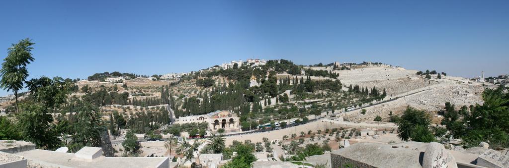 https://commons.wikimedia.org/wiki/File:Mountofolivespanoramic.jpg