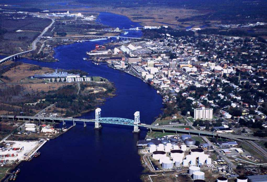 https://en.wikipedia.org/wiki/Cape_Fear_Memorial_Bridge#/media/File:WilmingtonAerialViewCoastGuard.jpg