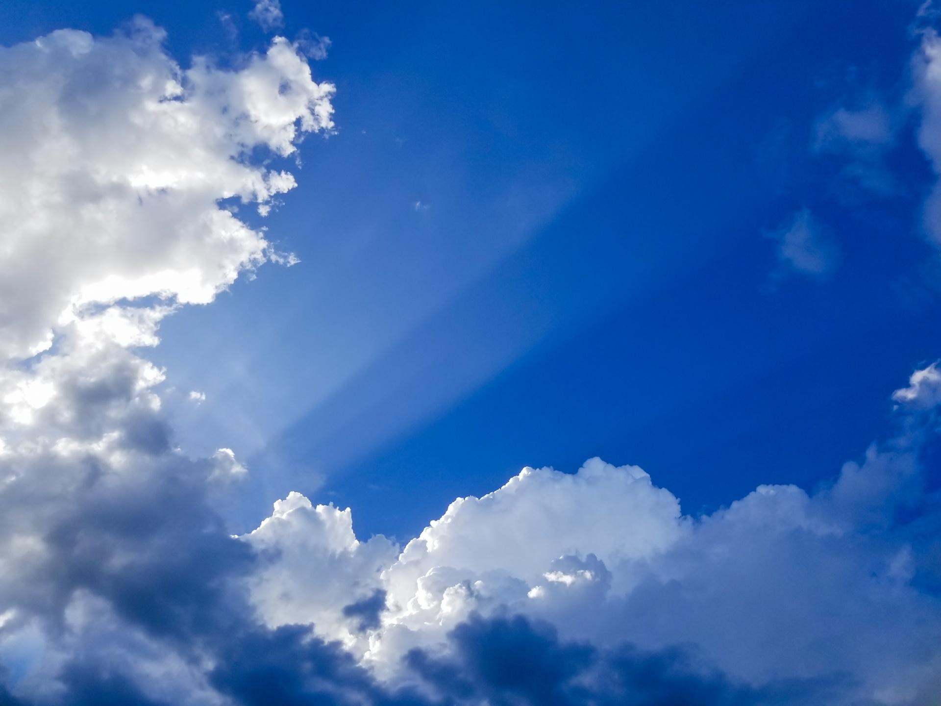 https://www.publicdomainpictures.net/en/view-image.php?image=247167&picture=sun-rays-through-clouds